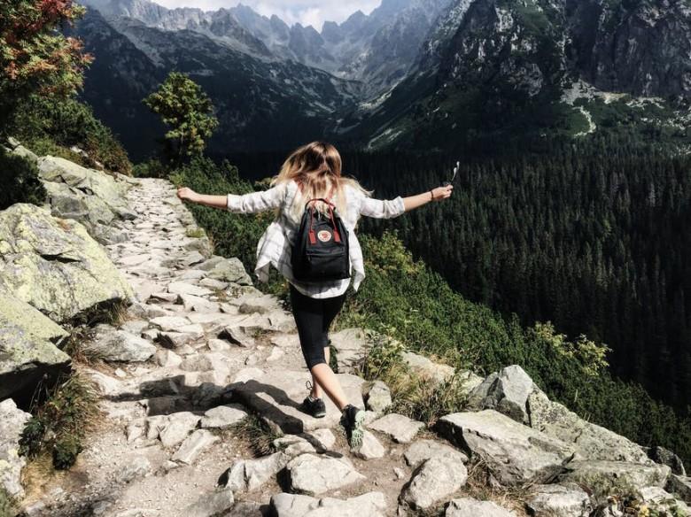 tener relación con una persona viajera